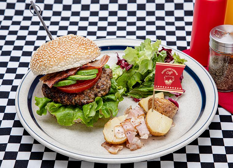 DETECTIVE BURGER(江戸川コナン) ビーフパテにベーコン、アボカド、トマトをトッピングしたハンバーガー。コナンのピック付き。 単品 :1,599円(税込1,759円) アクリルキーホルダー+500円(税込550円)