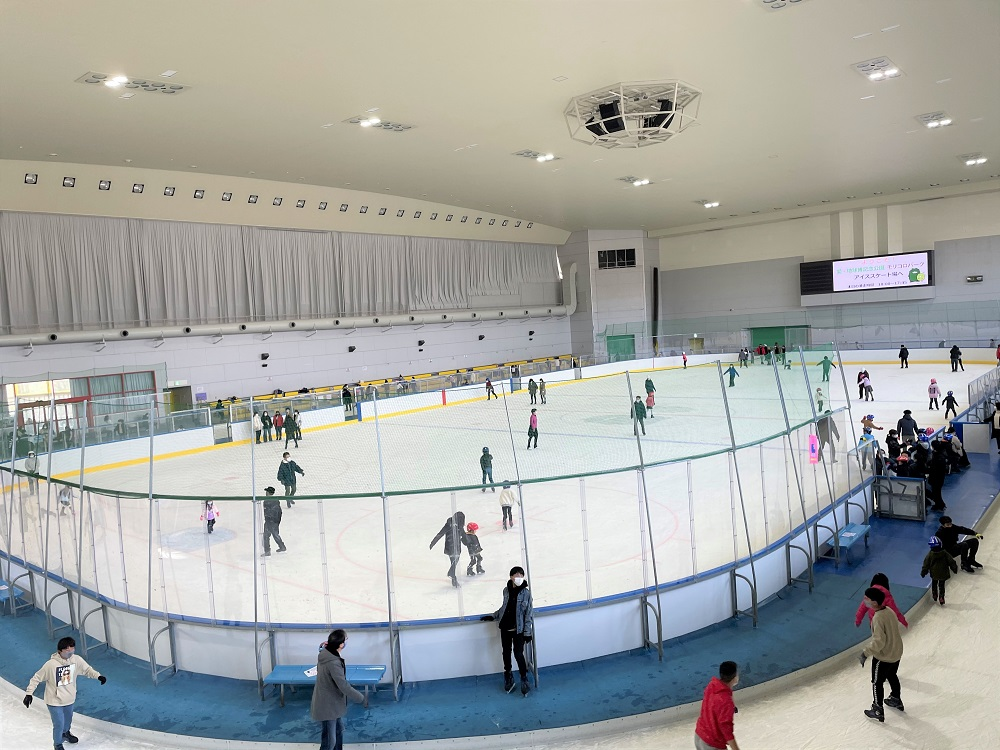 アイスショーでも利用される大きなアイススケート場です。 真夏でも営業中!広いリンクで快適にお滑りいただけます。